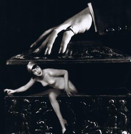 Femme sortant d'une boîte