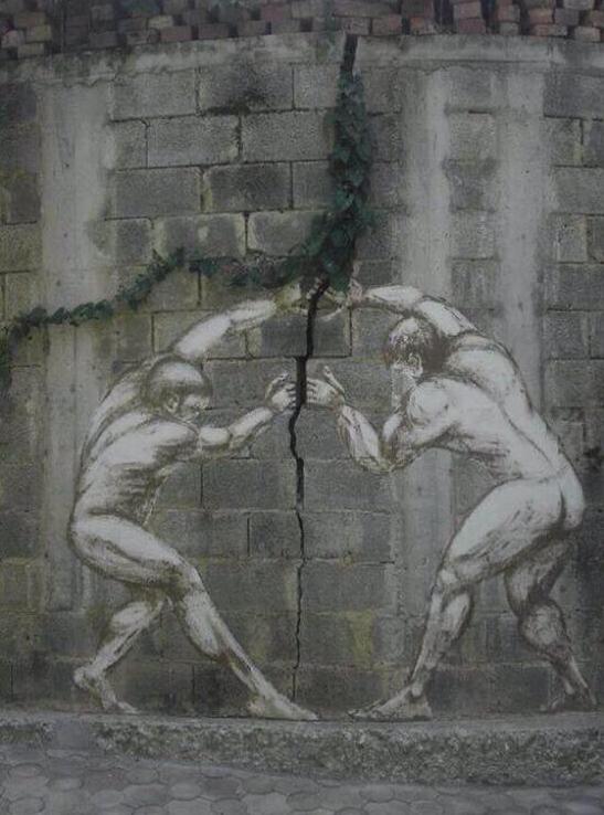 peinture murale 2 hommes écartent une fente